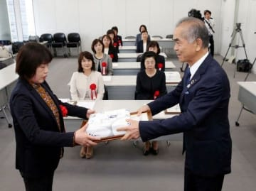 松田理事長(右)から表彰を受ける優良保健師