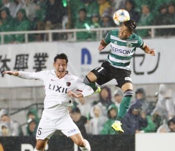 松本―鹿島 前半、鹿島・鄭昇ヒョン(左)と空中で競り合う松本・永井=サンアル
