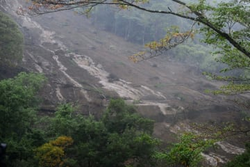 土砂が崩れ、2人が行方不明になっている現場=相模原市緑区牧