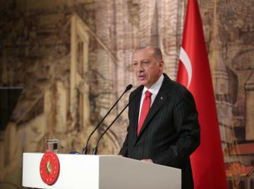 トルコのイスタンブールで記者会見するエルドアン大統領=18日(ゲッティ=共同)