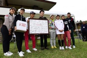 選手全員のサインが入ったボードも4万円で競り落とされた(撮影:上山敬太)