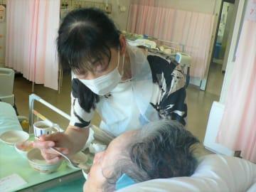 入院患者の食事を無償で介助する「飛騨市民病院を守る会」のメンバー=飛騨市神岡町東町、飛騨市民病院(同会提供)