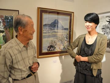 常連の萩野喜弘さん(左)とギャラリーの歩みなどについて振り返る玉腰麻裕子さん=岐阜市金町、ギャラリー鮎