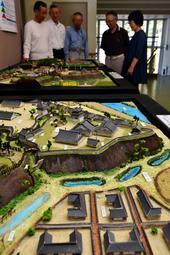 展示場所が定まらない三木城再現模型=まなびの郷みずほ