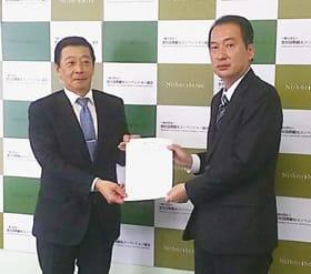 同意書を取り交わした(右から)伊藤副市長、中牧組合長