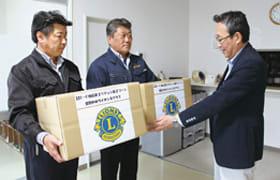 川浪会長(中央)と和泉幹事(左)が会員の善意を田辺管理者に手渡した
