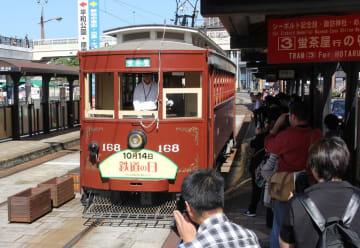 鉄道の日に記念運行された木造電車「168号」=長崎市、長崎駅前電停