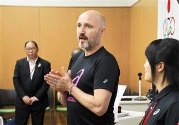 熊本で開催される女子ハンドボール世界選手権への抱負などを語るウルリック・キルケリー監督=ナショナルトレーニングセンター