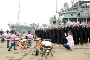園児の和太鼓演奏に聴き入る掃海艦パイオニアの乗組員ら=宇城市
