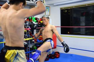 12月に引退を決めている翔(右)は鈴木千裕を相手にムエタイ技術を披露