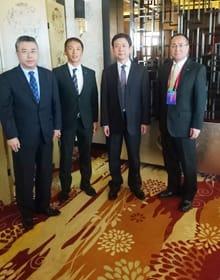 張副市長(左)と高副市長(右から2人目)と面会した小田中議長と鈴木副市長=室蘭市提供