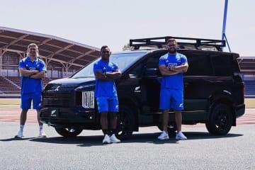 デリカD:5「ALL BLACKS Edition」とラグビー・ニュージーランド代表のジャック・グッドヒュー選手、セヴ・リース選手、アンガス・タアヴァオ選手(左から)