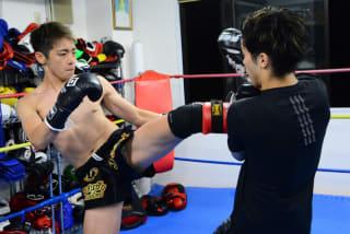 壱(左)は宮元啓介相手のマススパーで多彩な蹴り技を披露