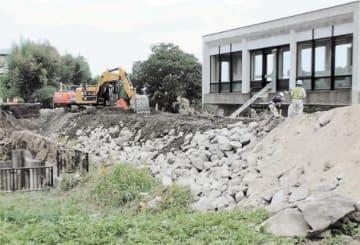 盛り土によって施工された仮堤防=18日午後1時30分ごろ、須賀川市浜尾