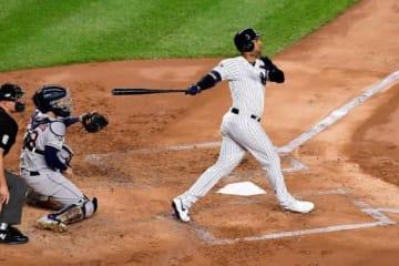 ポール直撃となる勝ち越し3ランを放ったヤンキースのアーロン・ヒックス【写真:Getty Images】
