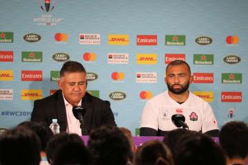 予選プールを4連勝で勝ち上がったスコットランド戦後、記者会見に臨むジェイミー・ジョセフHC(左)とリーチ マイケル主将
