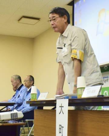 大雨による油の流出被害を受けた住民への説明会で、発言する佐賀県大町町の水川一哉町長。左は佐賀鉄工所の担当者=19日午後、大町町