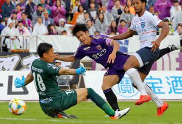 サンガ-横浜FC 後半24分、だめ押しの3点目を決めるサンガの宮吉(たけびしスタジアム京都)