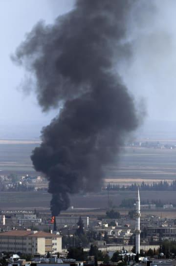 18日、シリア北東部ラス・アルアインから立ち上る煙。トルコ側から撮影(AP=共同)