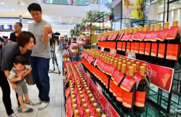 県内4ワイナリーの新酒が解禁となり、買い物客でにぎわった売り場=19日午前、宮崎市・イオンモール宮崎