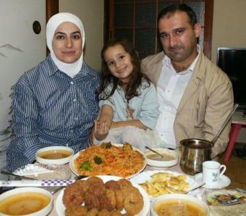シリア出身のウサマ・ガンナームさん(右)、ウラ・ダルウィシュさん(左)、ラマル・ガンナームちゃん家族=別府市内のウサマさん宅