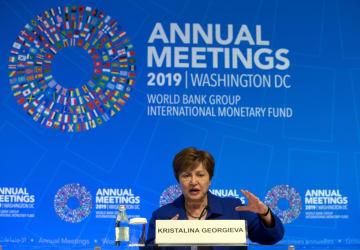 委員会を終え、記者会見するIMFのゲオルギエワ専務理事=19日、ワシントン(AP=共同)