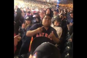 アストロズファンがヤンキースタジアムで洗礼を受ける【画像はスクリーンショットです】