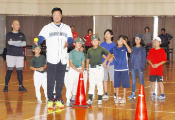子どもらがマック鈴木さんの野球教室を楽しんだスミセイウエルネスセミナー