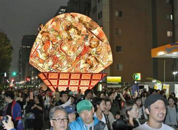 区民らとともに夜の下町を練り歩く大型ねぷた=19日午後5時すぎ、東京都墨田区