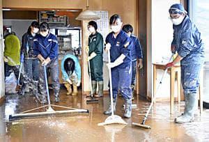 SNSを通じて集まり、伊藤さん宅にたまっていた土砂を外に押し出す同級生ら