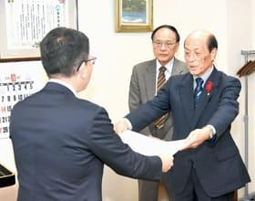 舘岡所長から感謝状を受け取る中川会長(右)