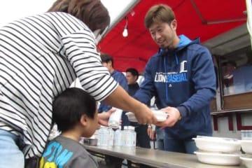 東松山市の一時避難所を訪問した西武・外崎修汰【写真:安藤かなみ】