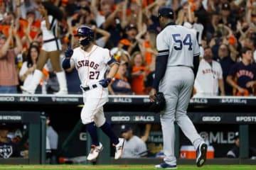 アストロズのアルトゥーベにサヨナラ弾を浴びたヤンキースのチャップマン(右)【写真:AP】