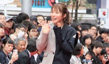 渋谷・道玄坂で開催された路上ファッションショー「SHIBUYA RUNWAY」でランウエーを歩く松岡茉優さん
