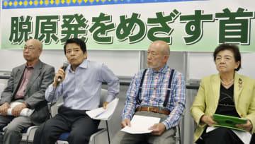 記者会見する滋賀県米原市の平尾道雄市長(左から2人目)ら。右端は嘉田由紀子参院議員=20日午後、京都市