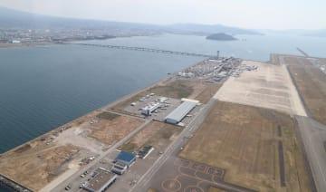 交通アクセスの改善のため機能強化が求められる長崎空港=2016年3月