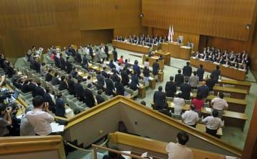 傍聴席から怒号が飛び交う中、IR誘致の予算案を可決する横浜市議会=市議会議場