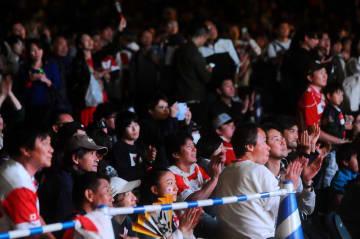 試合が終わり、選手たちの活躍をたたえ拍手を送る観客ら=20日午後9時25分ごろ、横浜市のファンゾーン