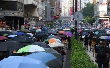 ネイザンロードを旺角方面へ行進するデモ参加者=20日午後2時半ごろ、油麻地(NNA撮影)