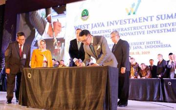 MOUに署名する西ジャワ州のリドワン・カミル知事(同州提供)