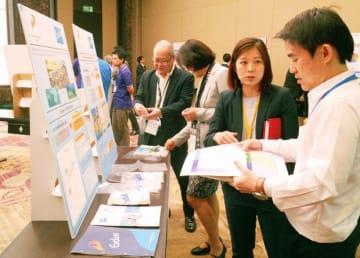 プライムエボリューシンガポール(EVLS)は、食品・生活用品向け包装材に使われる高機能ポリエチレン樹脂「エボリュー」を紹介した=18日、タイ・バンコク(NNA撮影)