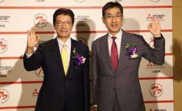 三菱電機国際本部長の松下聡常務執行役(右)と台湾代表を務める台湾三菱電機の花岡尚夫董事長は、「eファクトリー」を台湾事業の注力分野の一つとする考えを示した=18日、台北(NNA撮影)