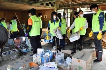 《台風19号》家財道具や建材運びに汗 復旧へ学生らボランティア