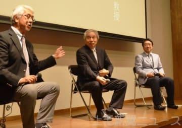 発掘調査の思い出などを語る(左から)右島館長、千賀館長、土生田教授