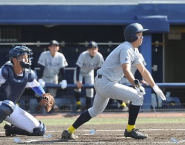 青藍泰斗-西武台 5回表西武台2死二、三塁、山田が右前に逆転の2点打を放つ。捕手猪瀬