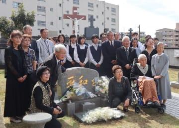 秋月さんの墓前祭に出席した妻すが子さん(前列右から2人目)ら=長崎市石神町