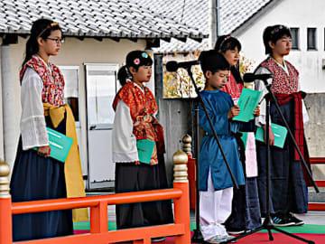 クラブ活動で練習した家持の歌を披露する小学生=20日、鳥取市国府町町屋の因幡万葉歴史館