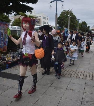 コスプレしてフリーマーケット会場を練り歩く参加者ら=20日、銚子市