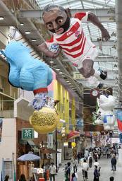 リーチ・マイケル主将などの張りぼてが展示されたアーケード=神戸市長田区二葉町