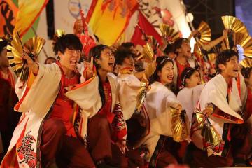 迫力ある演舞で初の大賞に輝いた「肥後真狗舞~九州がっ祭~」=佐世保市、名切お祭り広場会場